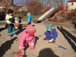 Kinder-auf-dem-Spielplatz