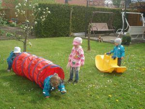 Kinder-im-Krabbeltunnel