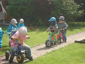 Kinder-mit-Rollern